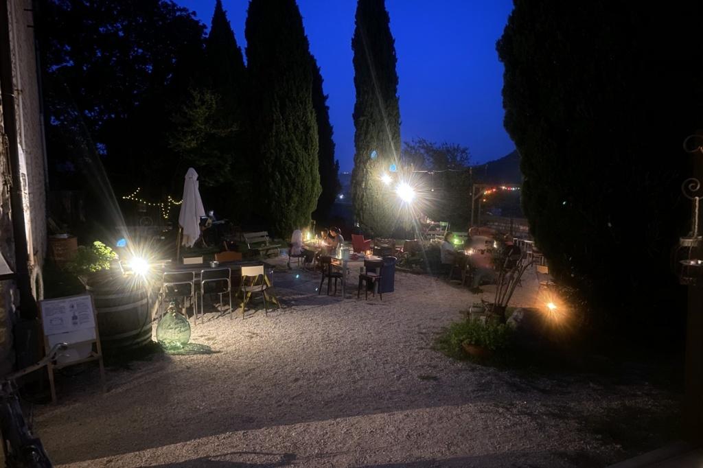 il giardino interno di un ristorante illuminato al calar del sole