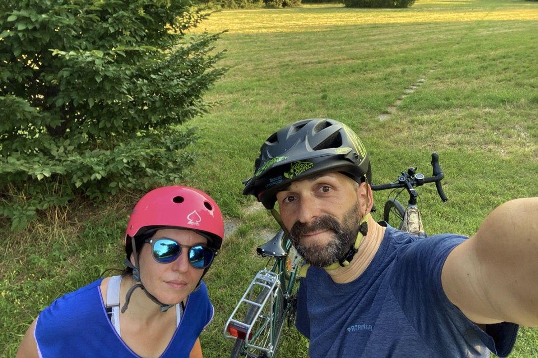 due ragazzi si scattano un selfie vicino alle loro biciclette dopo un giro