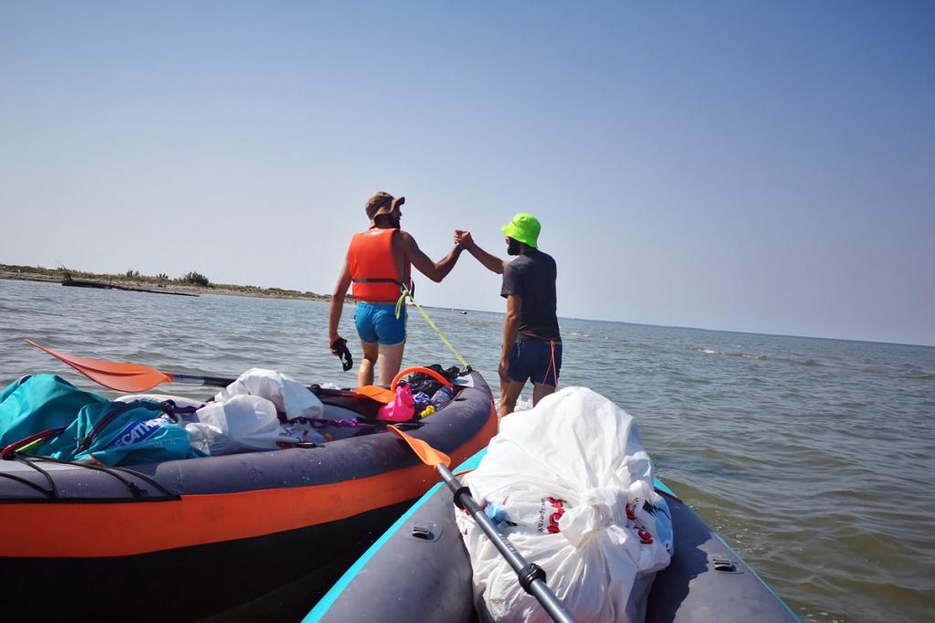Enea e Gandi trainano le canoe su una secca