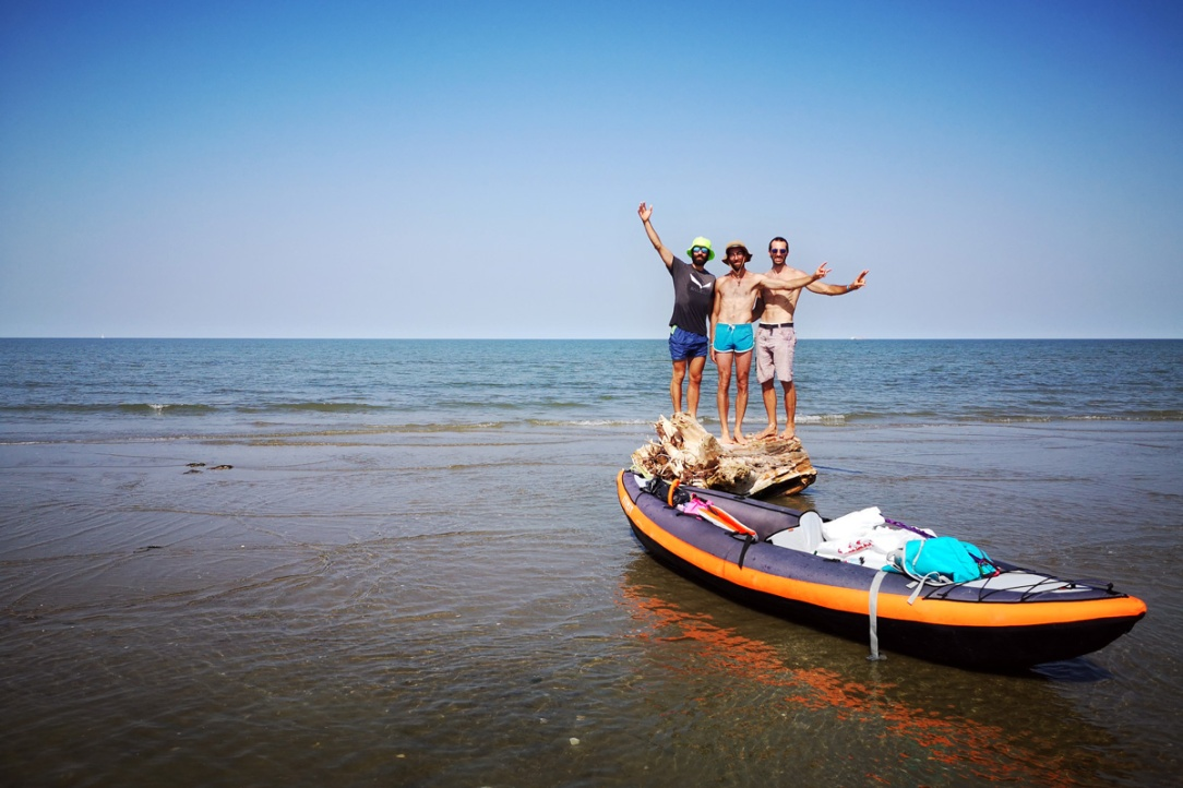 Tre ragazzi in kayak su una secca del delta del po