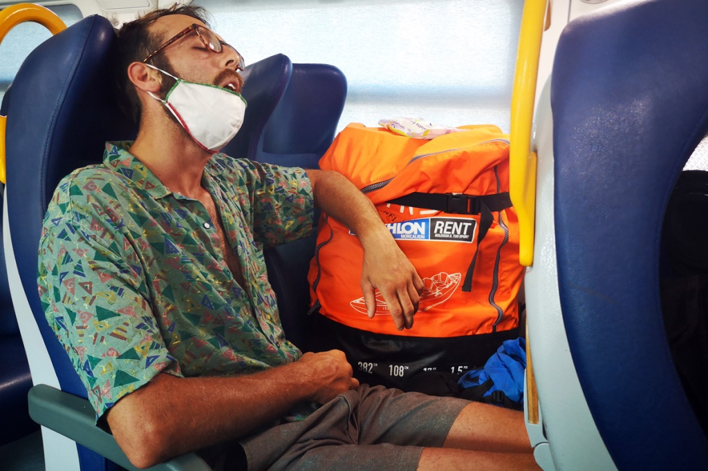 Gandi mentre dorme in treno