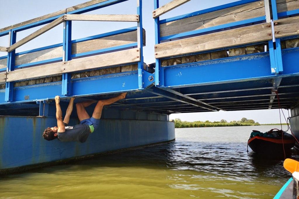 Arrampicata boulder sul ponte della barche sul Po