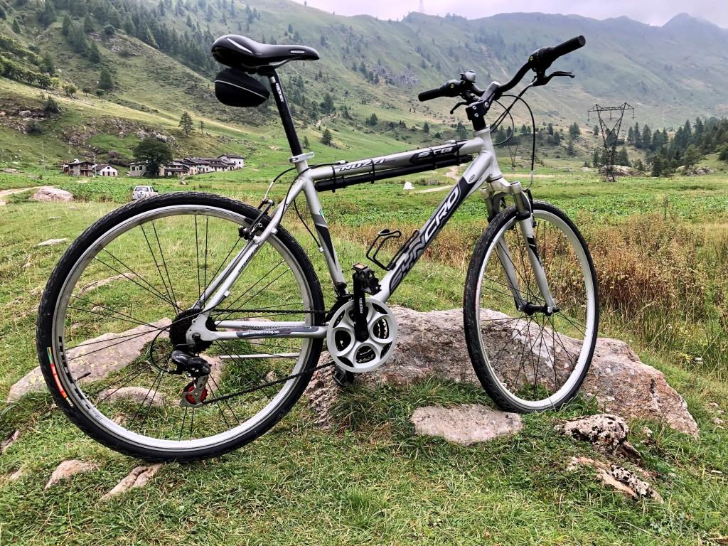 una bicicletta da passeggio con sullo sfondo un panorama di montagna