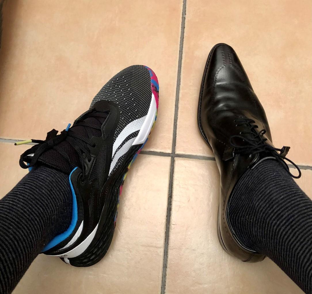 un mocassino classico nero a punta ed una scarpa sportiva per la pratica del crossfit