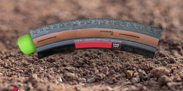un pneumatico gravel bike dal quale fuoriesce un inserto in EVA di colore verde