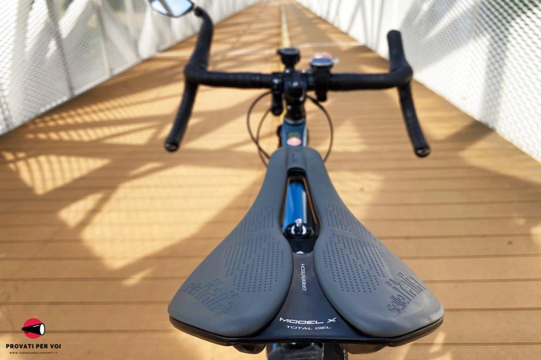 una sella per bicicletta di color grigio con scarico centrale vista dalla parte posteriore
